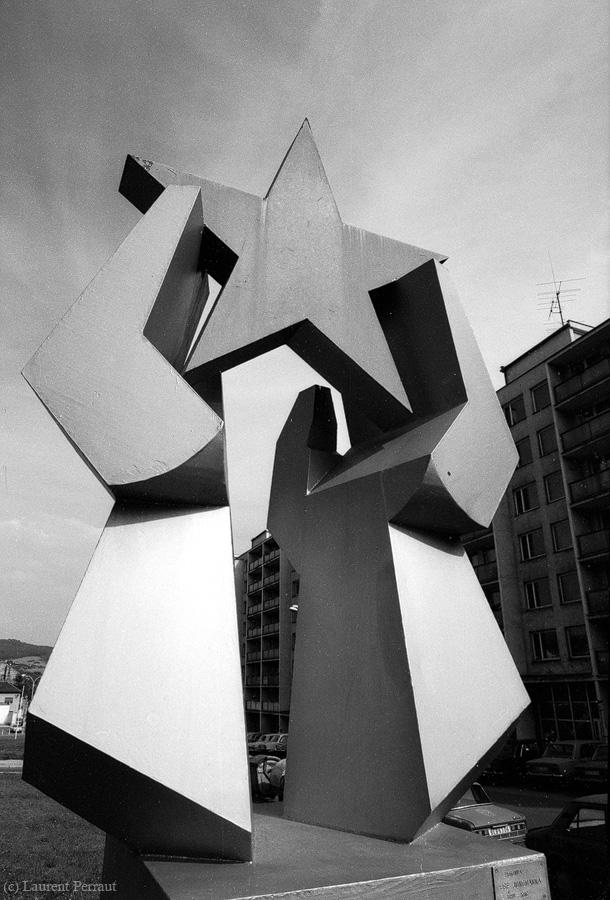 Dieses Bild wurde in Beroun im heutigen Tschechien in September 1988 gemacht. Ich war mit Freunden in Prag unterwegs und hatten diese Stadt per Zufall als Ausflugsziel ausgesucht. Dieser (rote) Stern bleibt für mich der Symbol von falscher Hoffnung in einer besseren (kommunistischen) Welt.