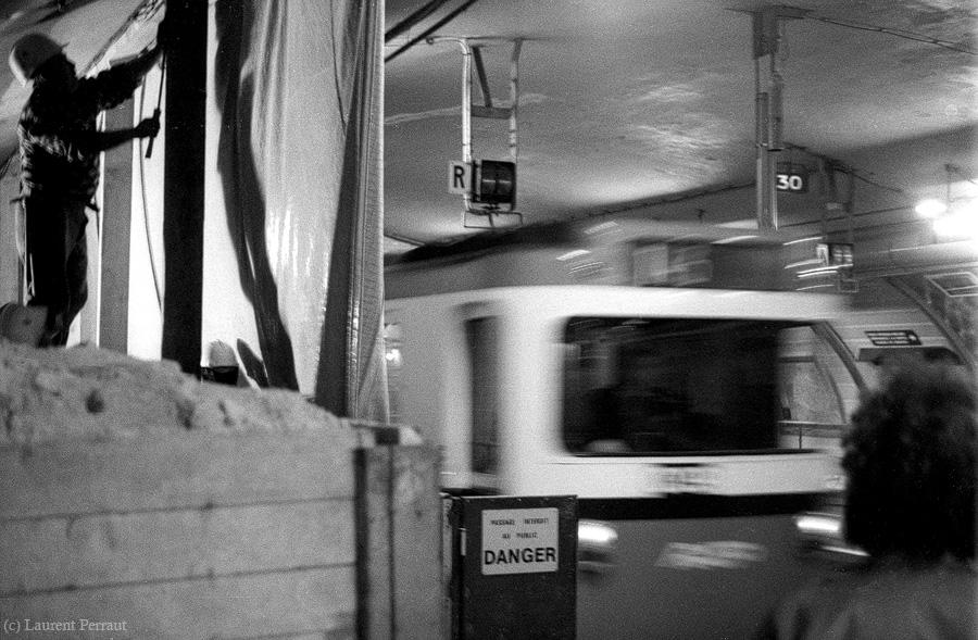 """Die Station """"Pont de Neuilly"""" wurde gerade renoviert. Ich hatte  die Leica II von meinem Großvater (Babouf) dabei, als die U-Bahn in den Bahnhof fuhr."""